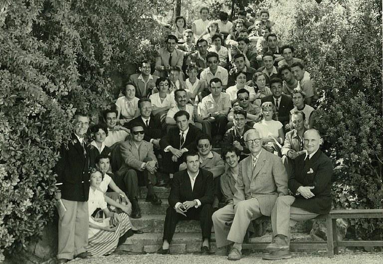 Le Doyen Trotabas accompagné de ses étudiants dans le parc de la faculté de droit.